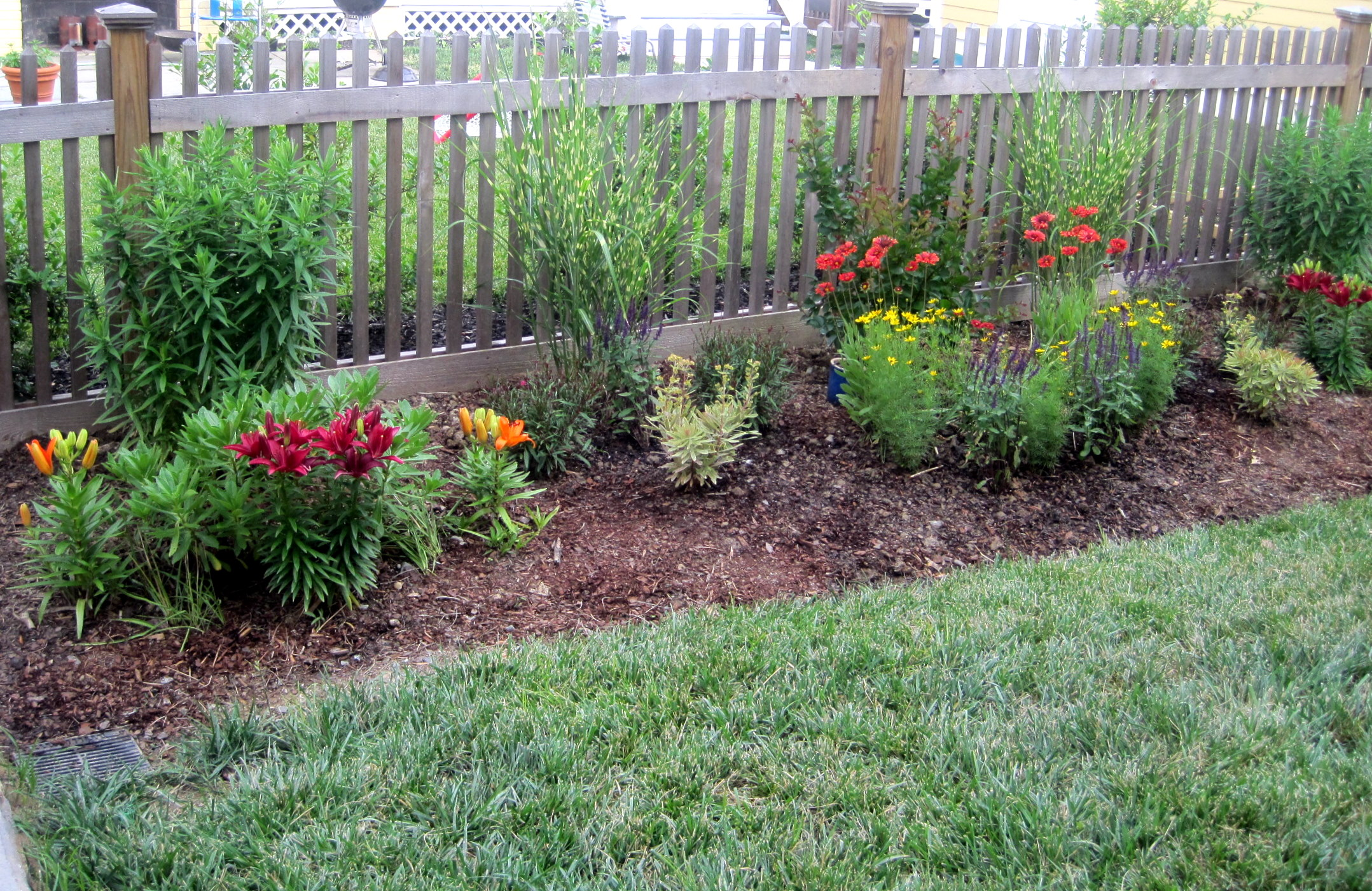 Image of: flower bed design along fence