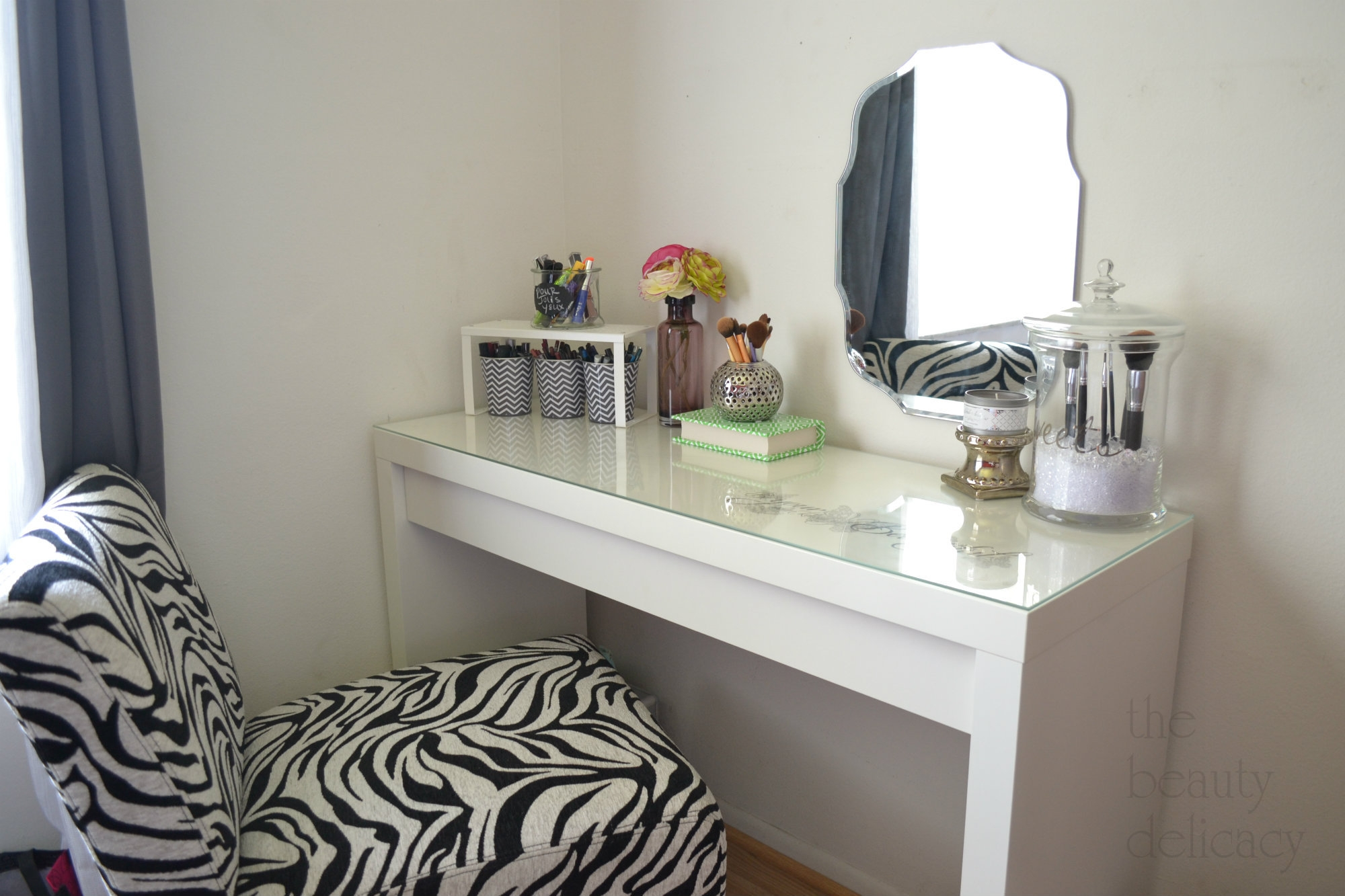 Image of: corner makeup vanity table