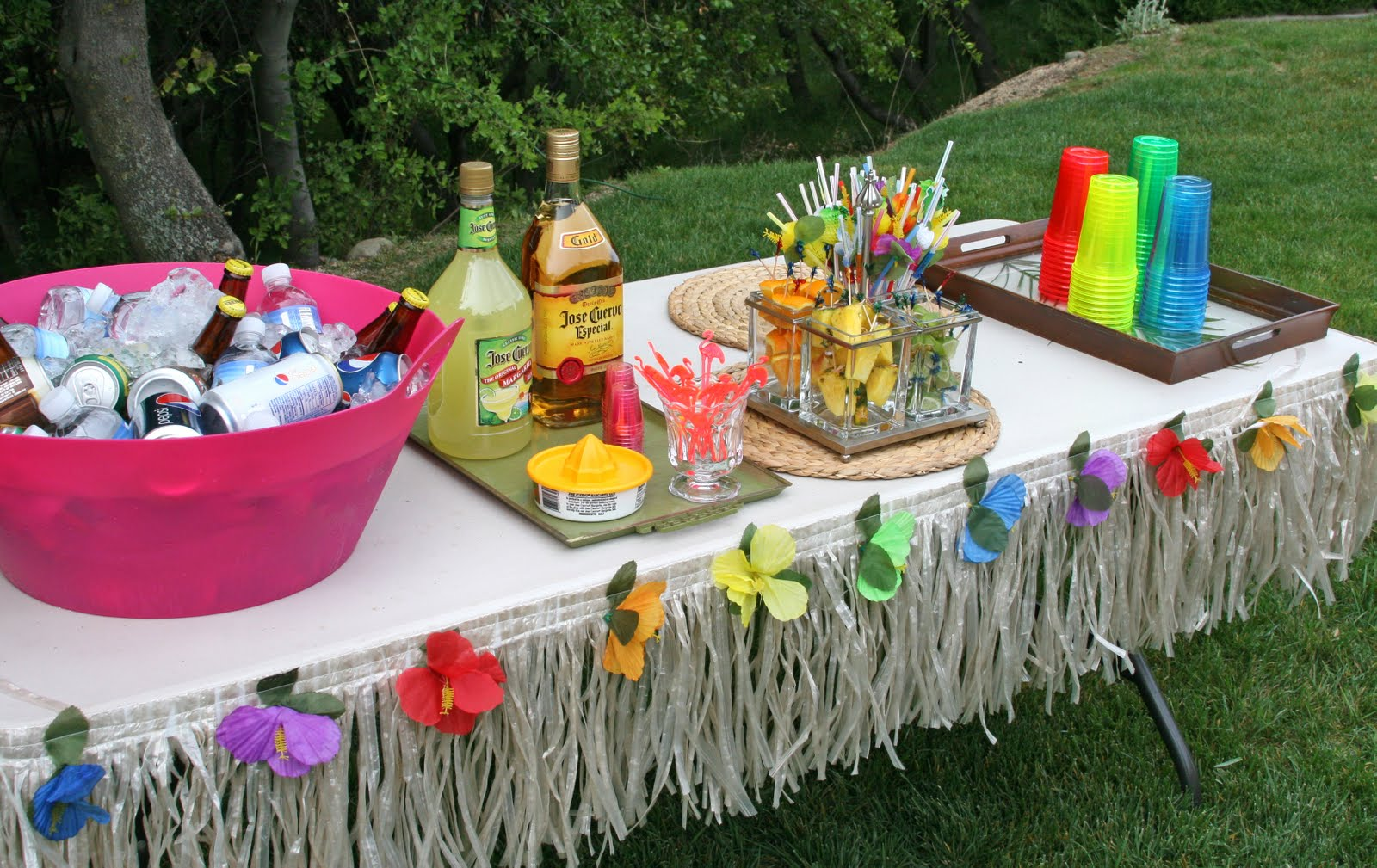 Image of: hawaiian table decorations