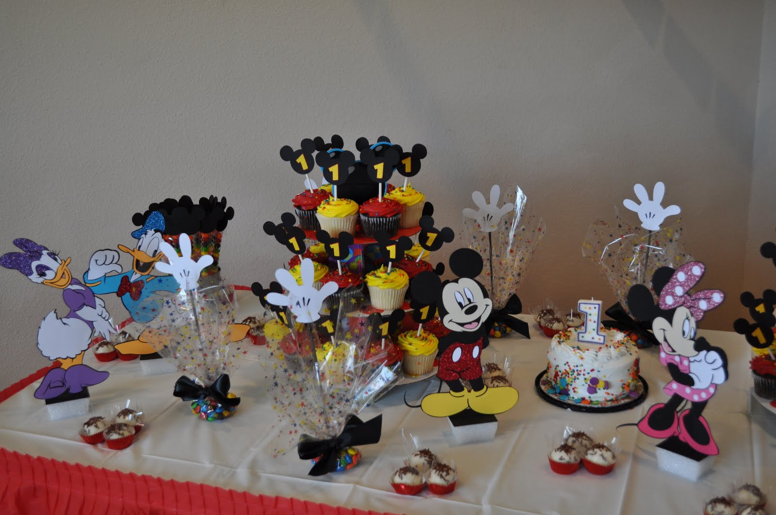 Image of: mickey mouse and friends room decor