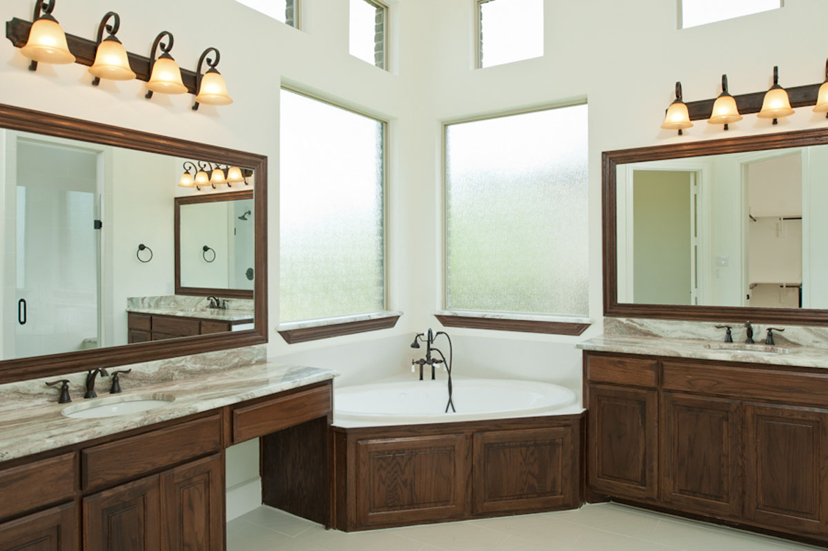 Image of: traditional master bathroom designs