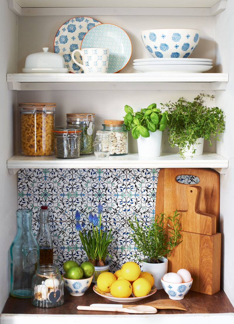 Image of: arranging open kitchen shelving