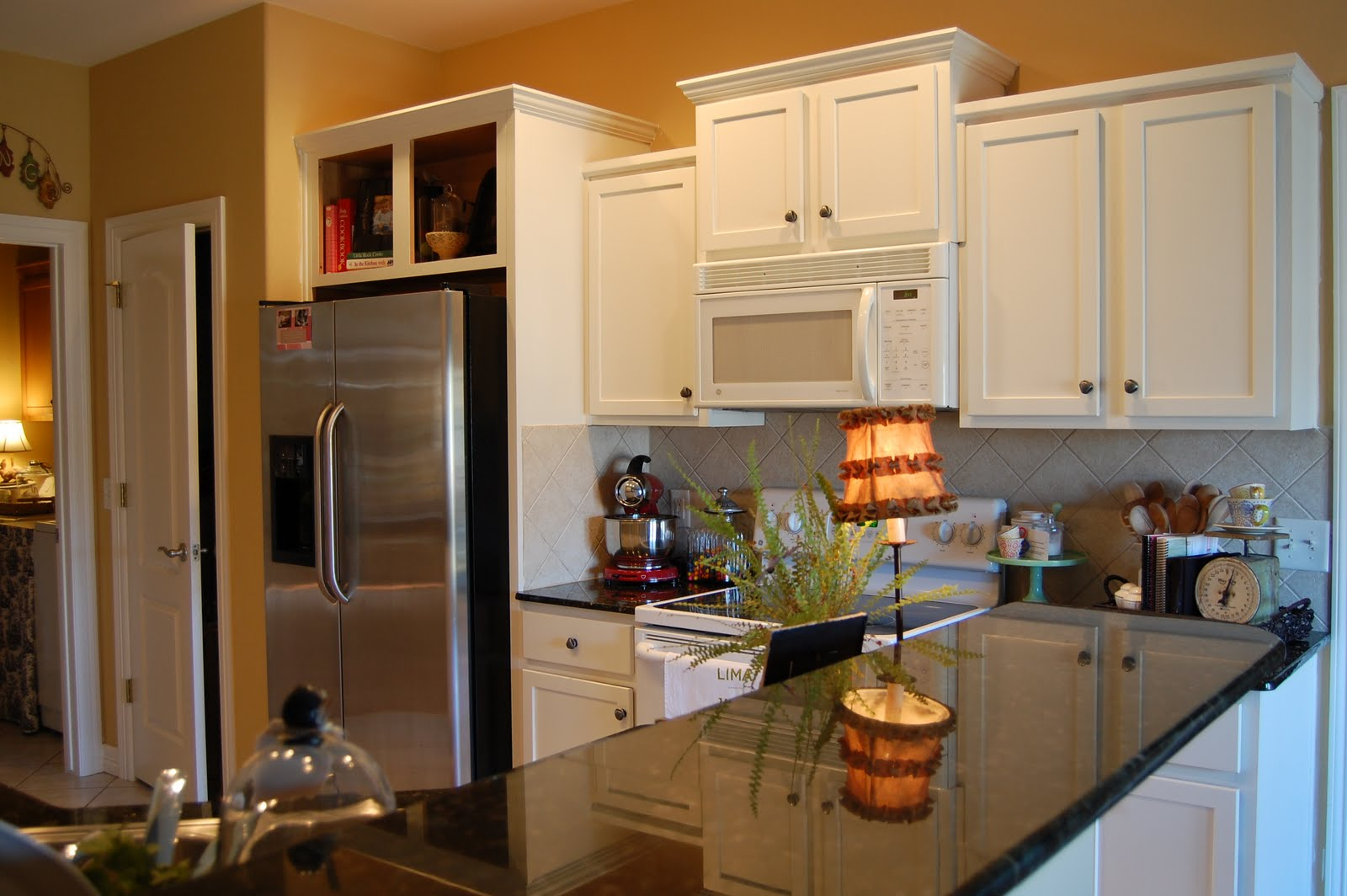 Image of: open area above kitchen cabinets