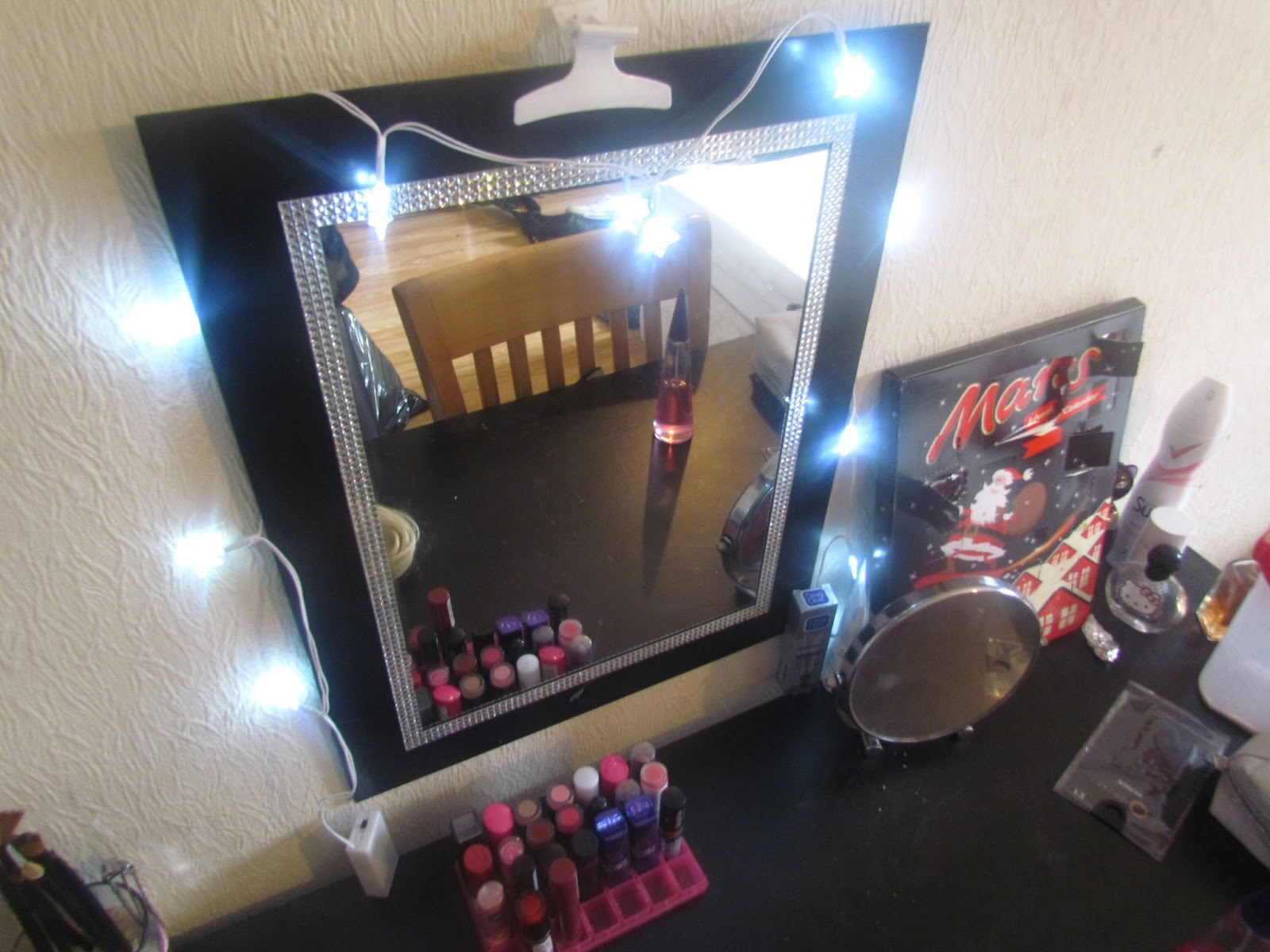 Image of: vanity table with lights around mirror